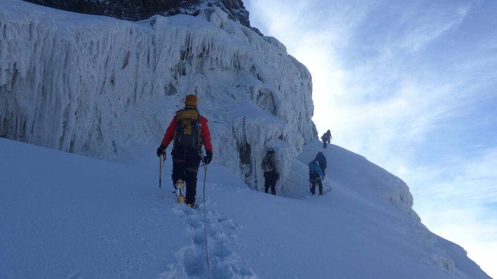 Gehen am Seil gehört zu den Sicherheitsvorkehrungen auf dem Weg zum Gipfel des Rwenzori Mountain National Park